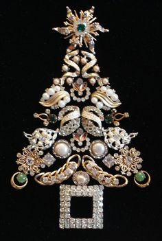 Tree Made From Vintage Costume Jewelry. - Christmas Tree Made From Vintage Costume Jewelry. -Christmas Tree Made From Vintage Costume Jewelry. - Christmas Tree Made From Vintage Costume Jewelry. Costume Jewelry Crafts, Vintage Jewelry Crafts, Recycled Jewelry, Vintage Jewellery, Silver Jewellery, Antique Jewelry, Victorian Jewelry, Vintage Costume Jewelry, Vintage Costumes