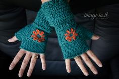 This beautiful free crochet fingerless gloves pattern is accented by a gorgeous granny square flower design! via @MelodysMakings