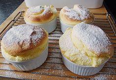 Zutaten       4 Ei(er)  6 EL Zucker  1 Becher Sauerrahm  2 EL Mehl     Zubereitung           Die Eier trennen.   Zucker mit Eiweiß steif ...