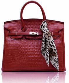 Τσάντα σε κόκκινο χρώμα απο τεχνητό δέρμα (Art PU Leather). Εσωτερικά έχει φόδρα με τρείς θήκες, εκ των οποίων η μία με φερμουάρ. Διαστάσεις: 40x20x29 εκ Κωδικός : HF7 www.helenfashion.gr