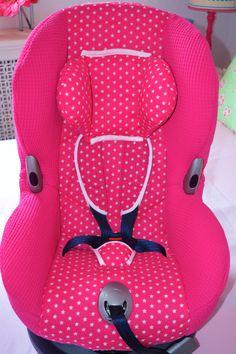#Autostoel #MaxiCosi #Priori #XP in #fuchsia #wafel en #sterren jasje gestoken. Een oude stoel is nu weer helemaal nieuw met een nieuwe #hoofdverkleiner en #riembeschermers.