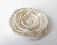 Anstecker - Blüten - Satin-Organza-Chiffon-Blüte beige-weiß - ein Designerstück von soschoen bei DaWanda