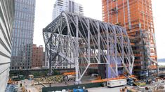 This captioned movie shows how the roof of The Shed, currently under construction in New York's Hudson Yards, will move back and forth. Eco Deco, New York Architecture, Beautiful Architecture, Hudson Yards, New York Art, Steel Structure, Chickens Backyard, Abandoned Houses, Under Construction
