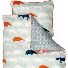 Cette jolie parure de lit junior Zoopreme bleue par Done by Deer composée de deux piéces rendra plus douces les nuits de l'enfant accompagné par les animaux de la savane.