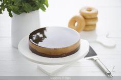 Esta tarta de Donuts sin horno está bien rica, pero he de confesarte que está pensada para aprovechar los Donuts que sobran, aunque yo tengo que esconderlos