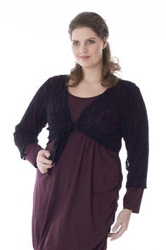 Exelle | Short wrap cardigan in a high-quality viscose/nylon stretch lace. In a comfort fit with knot closure, V-neckline and 3/4 sleeves.