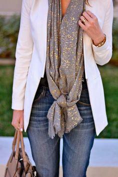 Outfits Jeans et Blazer Blanc écharpe dorée Sac à main