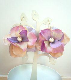 ラベンダーパープル・パープルピンク・ベージュの3色の花びらをつかったフラワーピアス♥コットンパールと優しい色合いの花びらの組み合わせでナチュラル... ハンドメイド、手作り、手仕事品の通販・販売・購入ならCreema。