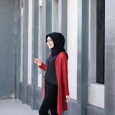 "3,925 Likes, 10 Comments - Sari Endah Pratiwi (@saritiw) on Instagram: "" . Cardigan from @st.outfit simple bgt! Gampang bgt di mix and match sama baju apa ajaa"""