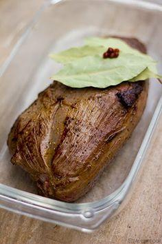 Kruid het gebraad met peper, zout en tijm. Doe een klontje boter in en pan en laat smelten. Kleur het gebraad langs beide kanten goudbruin. Leg het gebraad in een ovenschaal. Giet er een beetje wildfond of rode wijn bij. Leg er een blaadje laurier bij. Verwarm de oven voor op 180°C. Zet het gebraad …