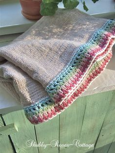 Tras un tiempo de silencio por temas de trabajo, hoy os quiero compensar con esta preciosa manta que he encontrado en el maravilloso blog Shabby-Roses-Cottage, es una gozada pasearse por él para ve…