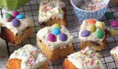 Sticky Confetti Cake - The Happy Foodie Mary Berry Banana Loaf, Crunchie Recipes, Easy Flapjacks, Flapjack Recipe, Sweet Roll Recipe, Confetti Cake, Roasting Tins, Cake Ingredients, Tray Bakes