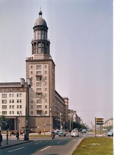 Die von Hermann Henselmann entworfenen Turmhäuser am Frankfurter Tor gehören zu den bekanntesten Wahrzeichen des sozialistischen Prachtboulevards (Foto: 60er Jahre)