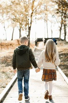 Cute Photo Ideas for the Entire Family. Sibling Photography Poses, Sibling Photo Shoots, Sibling Photos, Children Photography, Brother Sister Poses, Brother Sister Photography, Brother Photos, Little Sister Pictures, Family Picture Poses