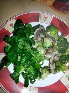 Das Abendessen kam komplett aus Naninchens Region - Feldsalat mit Brokkoli und Pilzen. Und Knoblauch. Vieeeeel Knoblauch.