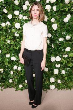 Sophia Coppola|ソフィア・コッポラニューヨークで開催された「2013 MoMA フィルム ベネフィット」に監督のソフィア・コッポラが登場。上品なシルクシャツに黒いテーラードパンツという大人のシックスタイル。彼女らしい飾らないエレガンスが魅力的。