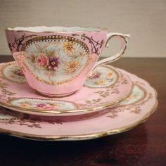 【SOLD】 華やかな金彩や、 大人なピンク色と花のモチーフがシェイプと相まってロマンティック。 トリオ2点と大きなプレート全てが売約となりました。 . #ティーカップ #teacup #ティータイム #teatime #ティーサロン #tea #紅茶 #アフタヌーンティー #英国紅茶 #antique #antiques #アンティーク #victorian #ヴィクトリアン #英国アンティーク #イギリスアンティーク #antiqueshop #antiquestore #アンティークショップ #アンティークのある暮らし #velvetknot #ベルベットノット Antique Dishes, Vintage Dishes, Vintage Tea, Victorian Teacups, Coffee Cups, Tea Cups, Shabby, Pink Cups, Chocolate Cups