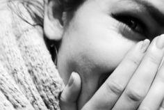 OMSORGSFULL BERØRING: Vi kan øve opp en vane der vi bevisst gir oss selv støttende berøring, for eksempel ved å legge hånden på hjertet, når vi har det vondt, skriver Katinka Thorne Salvesen og Malin Wästlund i dette utdraget fra boken Mindfulness og medfølelse. Foto:AuroraNordnes.