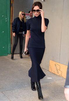 Fashion-Looks: Hochgeschlossen und doch so sexy: Victoria Beckhams monochrome Kombination von dem Rolli und dem beschwingten Rock wirkt sehr feminin. Ganz besonders, weil sie es so lässig mit Stiefeln in New York trägt.