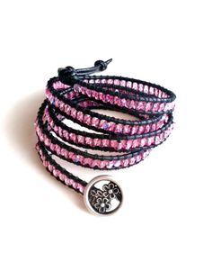 Pulsera de piel, cristal checo rosa y botón de metal