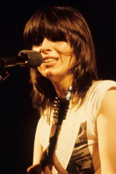 Chrissie Hynde - Iconic Hairstyles – Most Classic Hair Dos of All Time… 1940s Hairstyles, Celebrity Hairstyles, Hair Inspo, Hair Inspiration, Chrissie Hynde, The Pretenders, Women Of Rock, Guitar Girl, Girl Bands