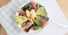 Een decadent slaatje dat toch low-carb en paleo is. Deze lekkere en gezonde salade is de perfecte weekend lunch. Fool-proof en super gezond! Go, go go!