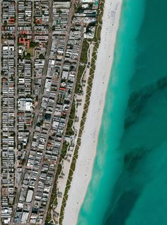 Зонтики пляжников Майами-Бич, Флорида, США