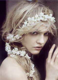Longue couronne de fleurs pour la mariée #weddinginspiration #weddinghair #weddingaccessories