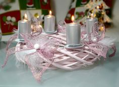 Adventní svícen Růžová Proutěný adventní svícen v jemné růžové barvě, ozdobený peříčky , které dodávají dojem lehkosti a sněhu... Rozměry: 30 cm Materiál : barvené proutí, ozdobné komponenty Použité barvy : růžová, bílá, stříbrná Cena je za svícen a 4 svíčky. Advent, Christmas Wreaths, Table Decorations, Home Decor, Pink, House Styles, Cottage Chic, Christmas, Decoration Home
