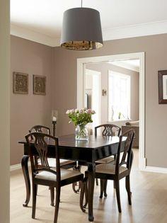 De fleste rommene i denne klassiske villaen går i farger som grått og hvitt. I spisestuen har beboerne valgt å bryte opp denne fargeskalaen med brunsvarte spisestoler og bord, som skaper dybde i rommet.