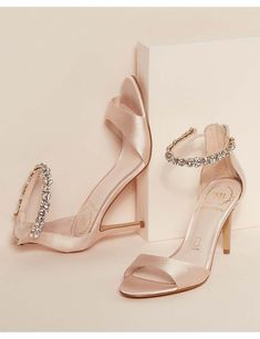 Impreziosito Scarpe Da Sposa Che Sono Entrambe Bellissime E Convenienti Embellished Wedding Shoes That Are Both Beautiful And Affordable Converse Wedding Shoes, Sparkly Wedding Shoes, Wedge Wedding Shoes, Designer Wedding Shoes, Bridal Heels, Comfortable Shoes, Wedding Accessories, Me Too Shoes, Marie