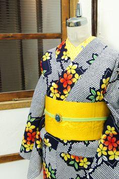 濃紺と白の水玉模様に扇と山吹のような可憐な花模様が重ねられた注染レトロ浴衣です。 #kimono