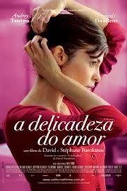 A DELICADEZA DO AMOR - Nathalie (Audrey Tautou) é jovem, bonita, tem um casamento perfeito e leva uma vida tranquila. Contudo, quando seu marido vem a falecer após uma acidente, seu mundo vira de cabeça para baixo. Para superar os momentos tristes, ela decide focar no trabalho e deixa de lado seus sentimentos. Até que ela tasca um beijo em Markus (François Damiens), seu colega de trabalho. Isso faz com que ambos redescubram o prazer de viver e entender melhor esse amor récem-descoberto.