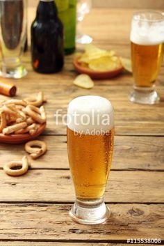 astăzi mergem la cumparaturi, pentru serbatorile de Craciun.  http://www.deniorigacciphotographer.ro bicchiere di  birra chiara su sfondo tavolo di legno rustico