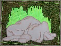 Roca y Pasto para Decoración de Dinosaurios hecho en Foamy. Más fotografías dando clic a la imagen.