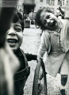 la photographie フ william klein (b. ny american-born french photographer and filmmaker (sujet enfant kids children kinder scène de rue street scene perspective)