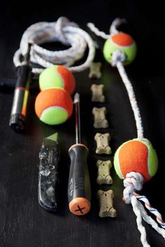 Jouet pour chien avec une corde et deux vieilles balles de tennis. 18 super jouets DIY pour chats et chiens