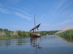 Zeitriss? Ein mittelalterliches Holzboot, etwa 3x so lang wie ein Kanu. Man kann es rudern oder segeln.