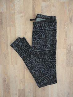 Calzas con estampa azteca negra y azul #H&M #PocoUso #ModaSustentable. Compra esta prenda en www.saveweb.com.ar!