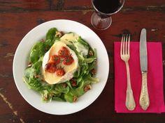 Salade met camembert uit de oven uit het kookboek van Marché du Pre Wine Cheese, Fresh Rolls, Lunches, Tacos, Chicken, Ethnic Recipes, Food, Christmas Inspiration, Salads