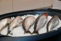 Cocinar pescados a la sal sin que queden olores en nuestra cocina es muy fácil con el recipiente varoma de nuestra thermomix Seafood Dishes, Fish And Seafood, Seafood Recipes, Kitchen Dishes, Kitchen Recipes, Cooking Recipes, Caviar D'aubergine, Food N, Tapas