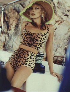 Kate Moss in leopard bathing suit..love. ƸӜƷ ╰☆╮εїз❁❀εїз ƸӜƷ ღ .¸¸.•*¨*•ƸӜƷ ❁❀ ╰☆╮