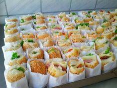 Aperitivo para celebración de Baby shower. #babyshower #comida Mini Sandwiches, Kids Party Sandwiches, Snacks Für Party, Party Drinks, Party Party, Mini Foods, Coffee Recipes, Food Presentation, Finger Foods