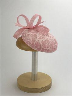 Pink Sinamay fascinator with lace and a pink Sinamay bow. Bridal Hair Fascinators, Facinator Hats, Sinamay Hats, Fascinator Hairstyles, Millinery Hats, Headpieces, British Hats, Cheap Boutique Clothing, Crazy Hats