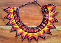 collar de piedras chaquiras realizado por la tribu Embera de Colombia... Bead Jewellery, Beaded Jewelry, Beaded Necklace, Loom Beading, Beading Patterns, Bead Crochet, Crochet Earrings, Mexican Jewelry, Beaded Crafts