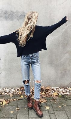 Street style | Oversize black sweater, distressed jeans and leather boots