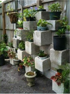 Welcome to the diy garden page dear DIY lovers. If your interest in diy garden projects, you'are in the right place. Creating an inviting outdoor space is a good idea and there are many DIY projects everyone can do easily. Plantador Vertical, Vertical Planter, Vertical Gardens, Back Gardens, Outdoor Gardens, Unique Gardens, Diy Garden, Garden Planters, Dream Garden