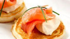 Blinis con salmón ahumado y queso crema