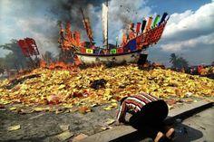 Ramadhan Yasser Arafat: Makna ritual Bakar Tongkang bagi warga keturunan Tionghoa Bagansiapiapi Riau, adalah upacara peringatan atas dewa laut Ki Ong Yan dan Tai Su Ong yang merupakan sumber dua sisi, Antara baik dan buruk, Suka dan duka, Serta rezeki dan malapetaka.