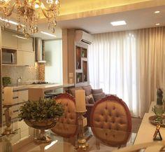 Marcenaria atual e decoração clássica na medida certa... Os ambientes são pequenos mas ficaram super delicados e muito elegantes! {Projeto: Mariane Baptista e Marilda Baptista} #inspiração #saladejantar #cozinha #saladeestar #arquiteturadeinteriores #madeira #espelho #inspiration #interiordesign #archilovers #coolreference #homedecor #homedesign #diningroom #homesweethome #wood #mirror #kitchen #livingroom #marianemarildabaptista